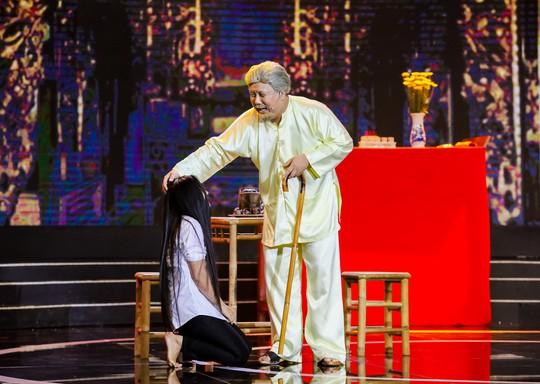Gia Bảo khiến khán giả nức nở khi diễn Bến đục, bến trong - Ảnh 2.
