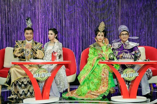 Bốn vị giám khảo Thanh Bạch – Kiều Oanh, Lý Hùng – Việt Trinh trình diễn mở màn đêm thi