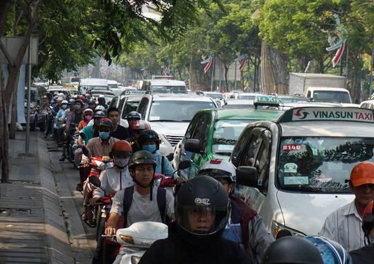 """""""Mù"""" thông tin, đường vào Tân Sơn Nhất rối loạn nhiều giờ"""