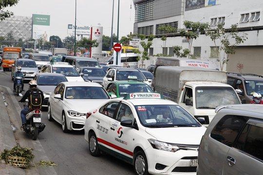 Các phương tiện phải nhích từng chút để di chuyển trên đường Hồng Hà