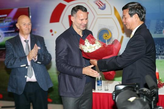 Con Giggs, Scholes có thể học bóng đá ở Việt Nam - Ảnh 1.