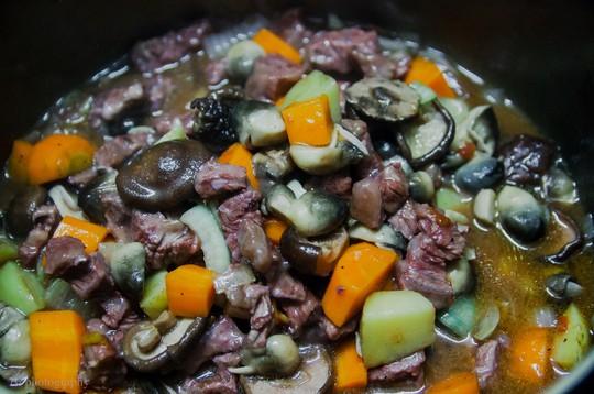 Nấu đến khi thịt và củ quả mềm