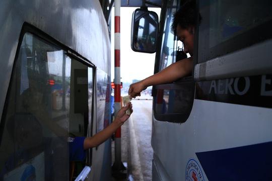 Tài xế đưa tiền lẻ, BOT tuyến tránh Biên Hòa không xả trạm - Ảnh 1.
