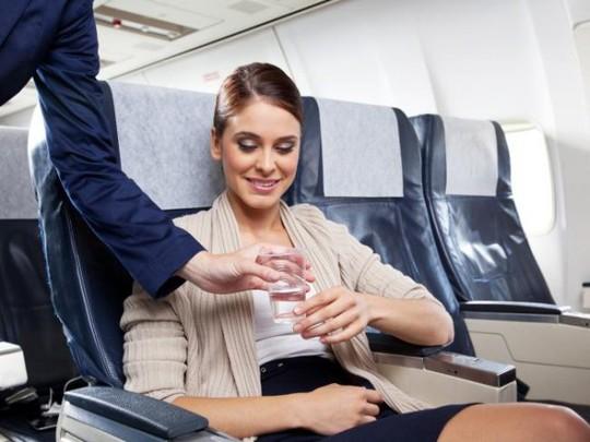 Tại sao không nên làm 11 điều này trên máy bay? - Ảnh 1.