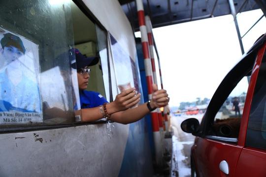Tài xế đưa tiền lẻ, BOT tuyến tránh Biên Hòa không xả trạm - Ảnh 2.