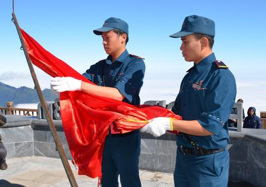 Lễ thượng cờ Tổ quốc ở đỉnh Fansipan - Ảnh 1.