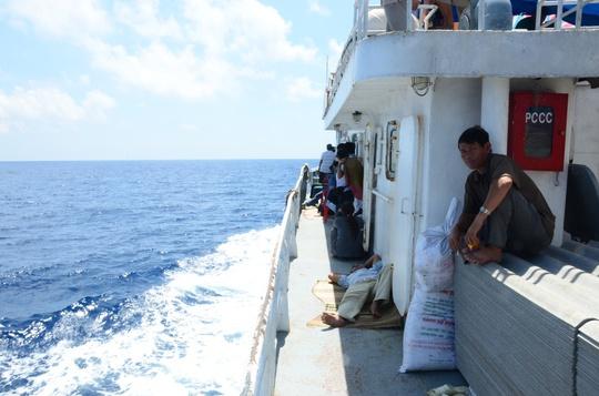 Ra boong tàu ngồi cũng là một cách chống say tàu