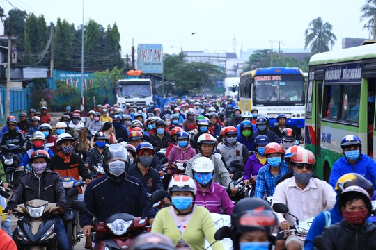 Tài xế đưa tiền lẻ, BOT tuyến tránh Biên Hòa không xả trạm - Ảnh 3.