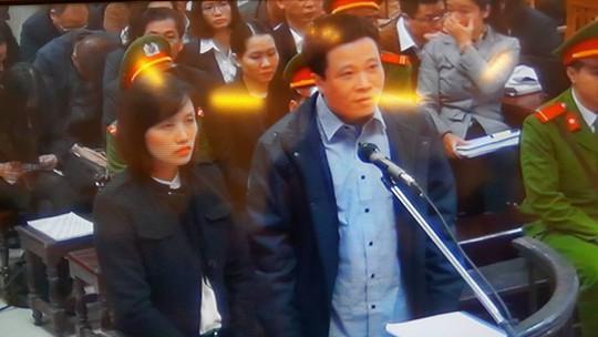Hà Văn Thắm và Nguyễn Hoài Nam trước vành móng ngựa ngày 3-3 - ảnh chụp qua màn hình