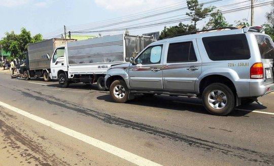 Hiện trường vụ tai nạn liên hoàn giữa xe máy và 3 xe ô tô trên QL20.