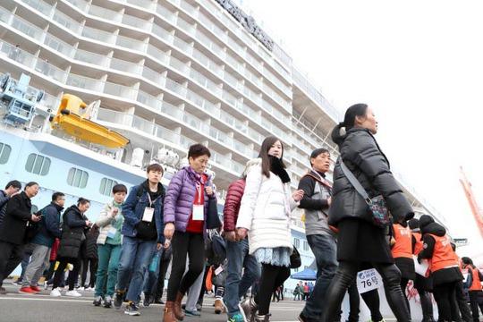 Du khách Trung Quốc đến TP Busan - Hàn Quốc hôm 5-3. Ảnh: Yonhap