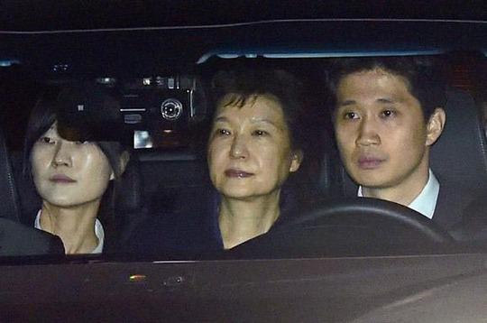 Bà Park Geun-hye trên đường đến trung tâm giam giữ Seoul ngày 31-3 Ảnh: Yonhap