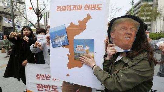 Một số người dân Hàn Quốc phản đối Washington triển khai quân sự đến khu vực bên ngoài đại sứ quán Mỹ tại Seoul gần đây Ảnh: AP