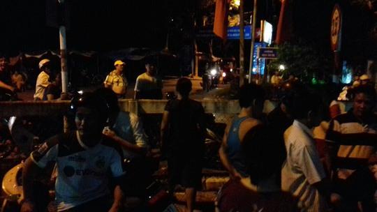 Dân bao vây nhóm người nghi bán hàng dỏm do phường giới thiệu - Ảnh 1.