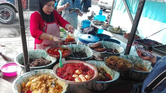 Một hàng bán đồ ăn sẵn ở Bukittingi