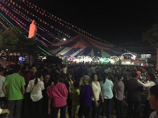 Hàng chục ngàn người viếng Nhà thờ Tắc Sậy từ đêm 11-3