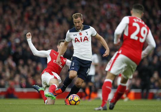 Kane sẽ khiến hàng thủ Arsenal vất vả nếu Koscielny không kịp bình phụcẢnh: REUTERS