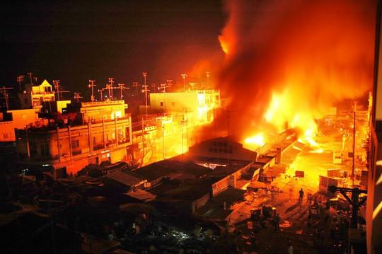 Cháy chợ ở Cà Mau, 11 ki ốt bị thiêu rụi - Ảnh 1.