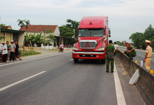 Một CSGT bị xe đầu kéo chạy tốc độ cao hất văng xuống đường - Ảnh 3.