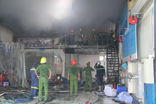 Đà Nẵng: Cháy lớn tại gara ô tô, nhân viên hốt hoảng bỏ chạy - Ảnh 1.