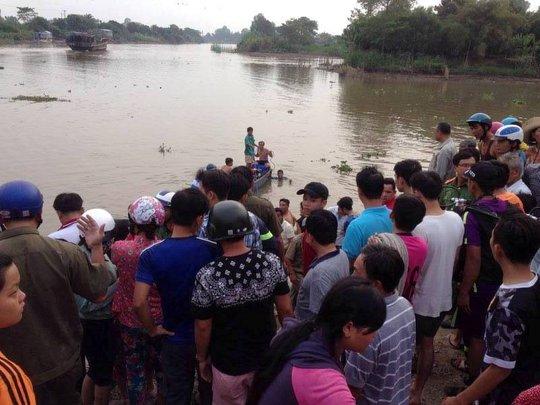Lực lượng cứu hộ trong lúc tìm kiếm thi thể 2 học sinh