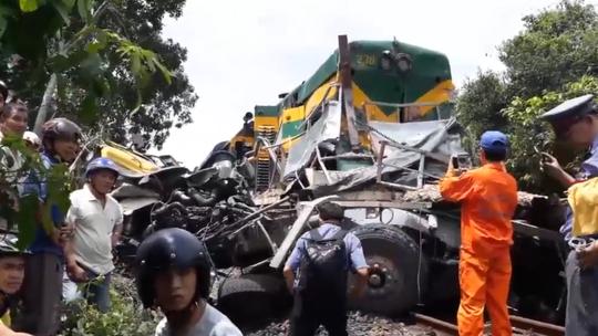 Hiện trường vụ tai nạn do nhân viên đường sắt ngủ quên không kéo gác chắn tàu khiến 2 người chết