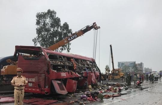Hiện trường vụ tai nạn lật xe khách khiến 2 người chết, nhiều người bị thương