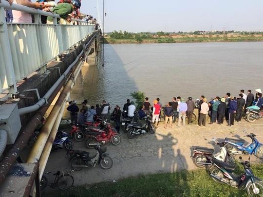 Va chạm trên cầu, xe ben tông chục mét lan can lao xuống sông - Ảnh 1.