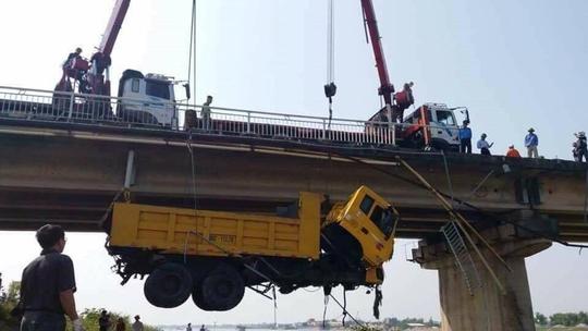 Va chạm trên cầu, xe ben tông chục mét lan can lao xuống sông - Ảnh 3.