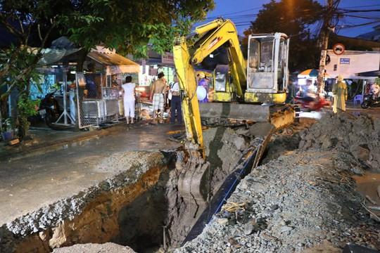 Bị vùi dưới đất hơn 30 phút, 1 công nhân đào đường tử vong - Ảnh 1.