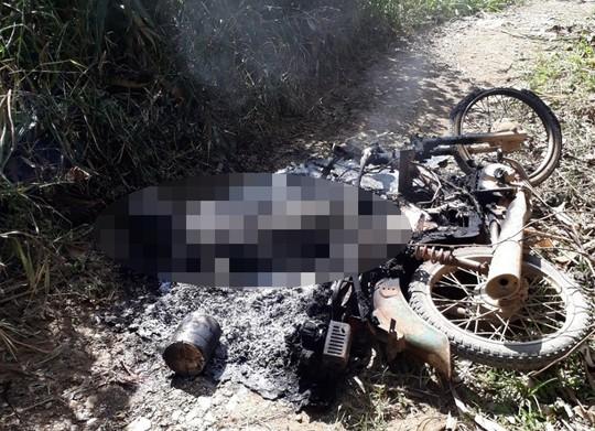 Tá hỏa phát hiện thi thể cháy đen cùng xe máy bên rẫy cà phê - Ảnh 1.