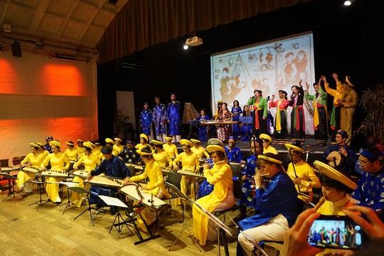 Bàn cách dạy nhạc truyền thống cho giới trẻ người Việt xa xứ - Ảnh 1.