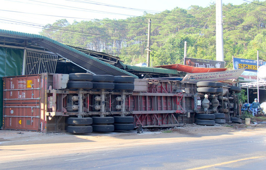 Hiện trường vụ tai nạn giao thông làm 1 người chết, 4 người bị thương