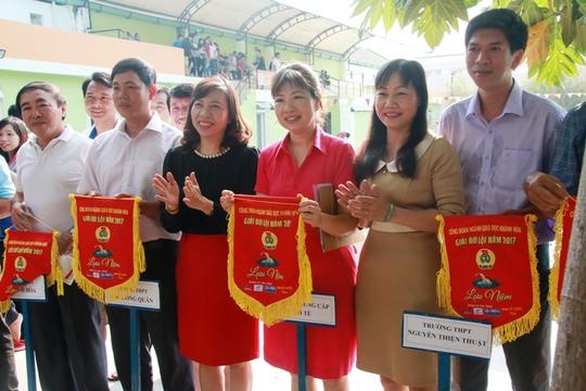 Lãnh đạo Công đoàn tỉnh Khánh Hoà tặng cờ lưu niệm cho các đơn vị tham gia giải