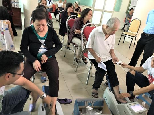 Vinamilk tiếp tục hành trình chăm sóc sức khỏe cho gần 2.000 người cao tuổi - Ảnh 1.