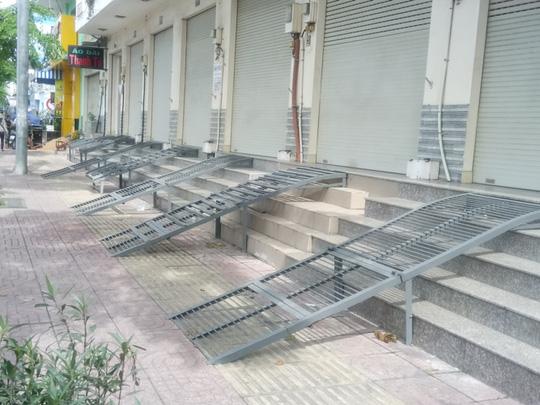 Nhiều nhà phố dùng bậc tam cấp di động lấn ra vỉa hè. Bậc tam cấp này dễ dàng phi tang khi cơ quan chức năng kiểm tra