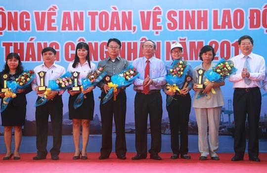 Lãnh đạo UBND và LĐLĐ tỉnh Khánh Hòa biểu dương những doanh nghiệp có thành tích trong công tác chăm lo đời sống người lao động