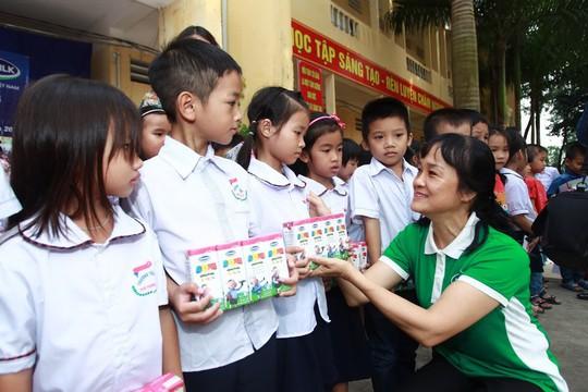Vinamilk hỗ trợ 400 triệu đồng cho người dân vùng lũ tại Hà Nội - Ảnh 2.