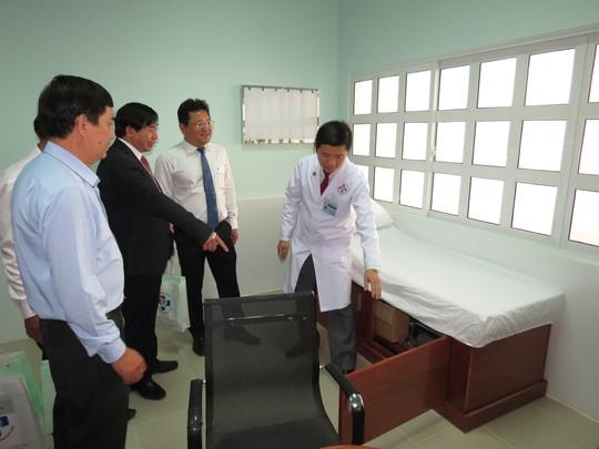 Các đại biểu đang tham quan một phòng khám chuyên khoa