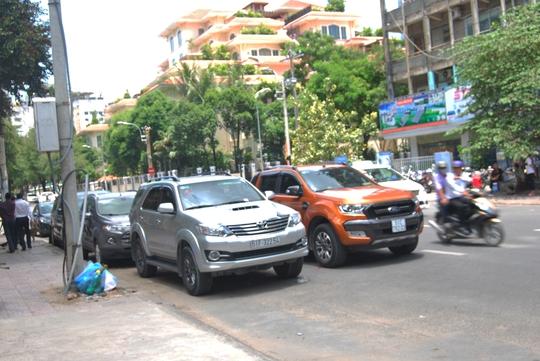 Còn tại giao lộ Nguyễn Du- Cách mạng Tháng Tám, xe đậu chiếm dụng 2 làn đường. Theo ghi nhận, khu vực này chỉ có 1 số đoạn được phép đậu xe dưới lòng đường nhưng các tài xế đã biến tuyến đường này thành một bãi đậu xe thu nhỏ kéo dài