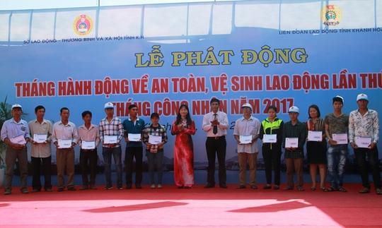 Lãnh đạo LĐLĐ tỉnh Khánh Hòa hỗ trợ công nhân có hoàn cảnh khó khăn
