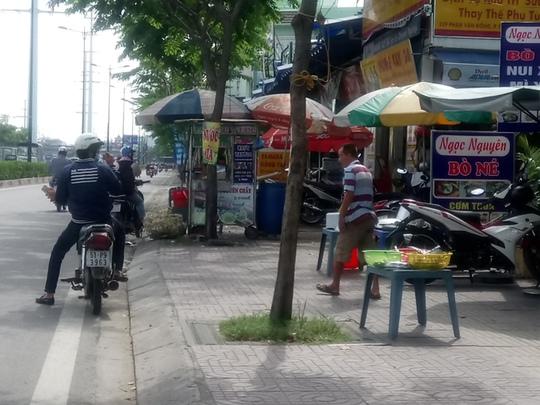 """Dùng """"chiêu"""" để chiếm vỉa hè đường Phạm Văn Đồng"""