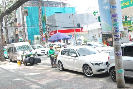Đường Bùi Thị Xuân vẫn chưa được cải thiện, xe đậu còn chiếm hết cả con đường