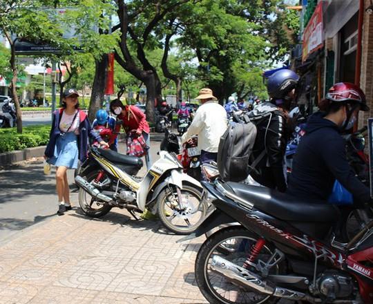 Các quán ăn ngay cổng trường ĐH Khoa học Tự nhiên TP HCM xe máy đậu kín vỉa hè