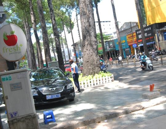 Xe biển xanh trưng dụng vỉa hè đường Nguyễn Thị Minh Khai làm chỗ đậu xe