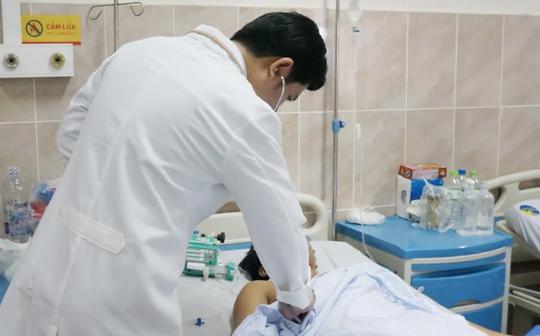 Cứu sống nam thanh niên bị đâm thủng gan, tụy, động mạch - Ảnh 1.