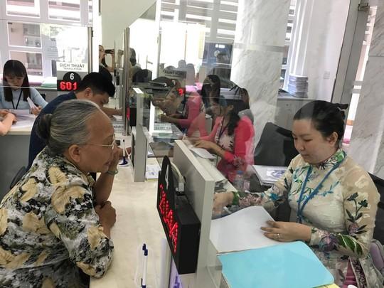 TP HCM: Công chức phải mặc quần tây, áo sơ mi khi đi làm - Ảnh 1.