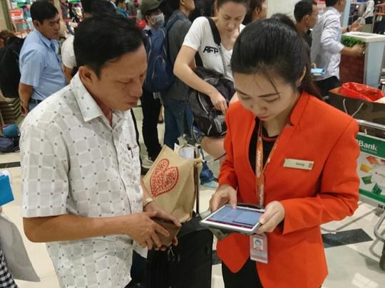 Nhân viên Jetstar Pacific làm thủ tục check in cho hành khách tại nhà ga đi quốc nội, sân bay quốc tế Tân Sơn Nhất