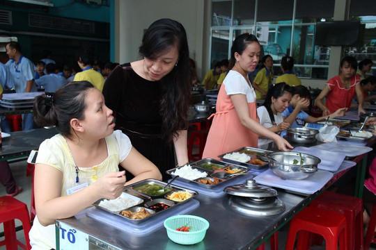 Bà Nguyễn Thị Hồng Liên, Chủ tịch Công đoàn Công ty CP SXTM May Sài Gòn, quan tâm đến bữa ăn giữa ca của công nhân Ảnh: Hồng Đào