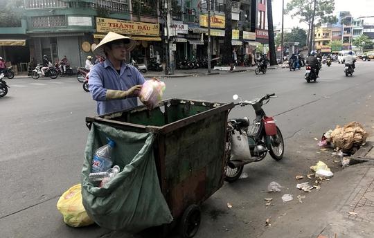 Giá thu gom rác sinh hoạt hiện nay được cho là lạc hậu. Trong ảnh: Thu gom rác trên đường Ngô Gia Tự, quận 10, TP HCM Ảnh: Lê Phong